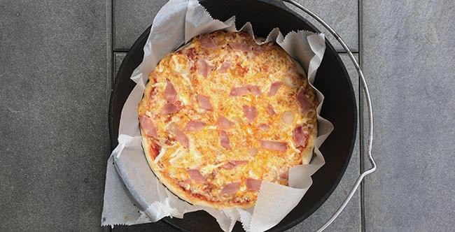 fertige Pizza aus dem Dutch Oven