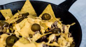 Nachos und Käsesoße