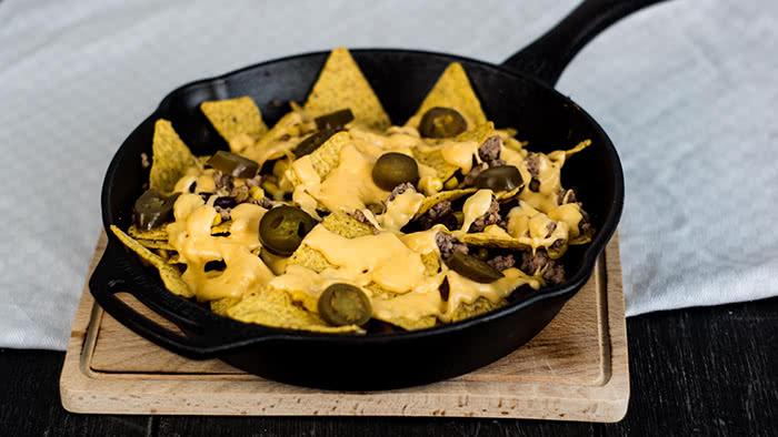 Nacho-Pfanne mit Käsesoße und Jalapenos